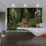วอลเปเปอร์สั่งพิมพ์ตามแบบ ลายเสือนอนคู่กันในสวนป่าเขียวขจี ตกแต่งผนังบ้าน
