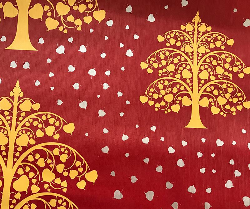 รับติดวอลเปเปอร์ลายไทย ลายต้นโพธิ์ทอง ใบโพธิ์เงิน พื้นสีแดง ตกแต่งห้องพระ