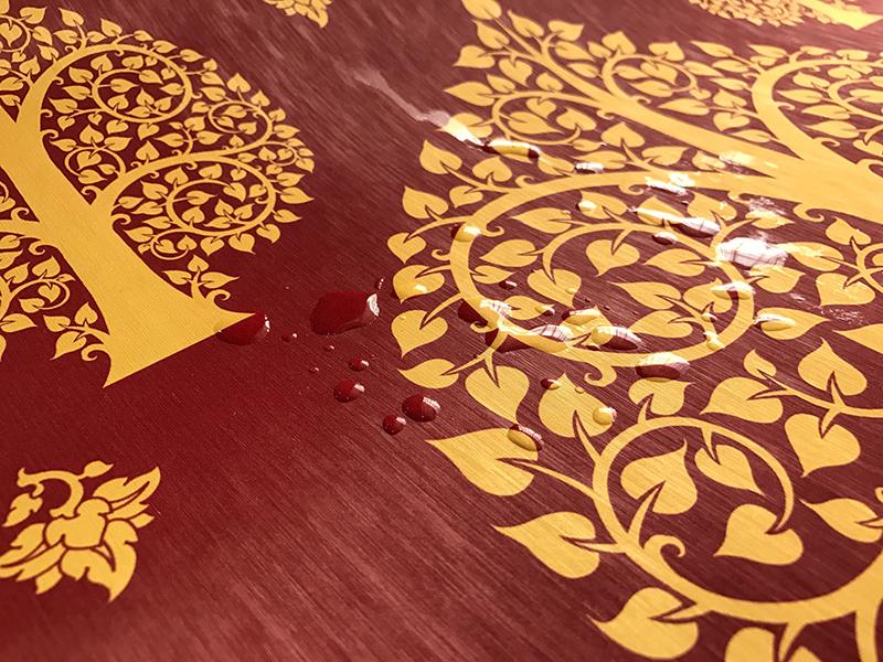 วอลเปเปอร์ไวนิลลายต้นโพธิ์สีทอง พื้นสีแดง เช็ดถูทำความสะอาดง่าย
