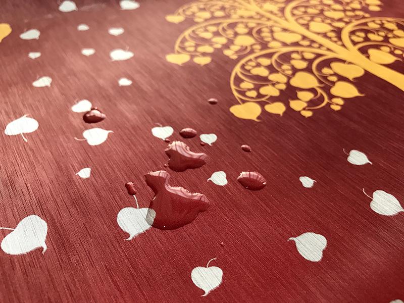 วอลเปเปอร์ไวนิลลายไทยราคาถูก ลายต้นโพธิ์ทอง ใบโพธิ์เงิน พื้นสีแดง กันน้ำ