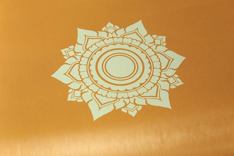 วอลเปเปอร์ไวนิลลายดอกดาว โทนสีเหลือง ประหยัดค่าใช้จ่ายในการตกแต่งห้อง