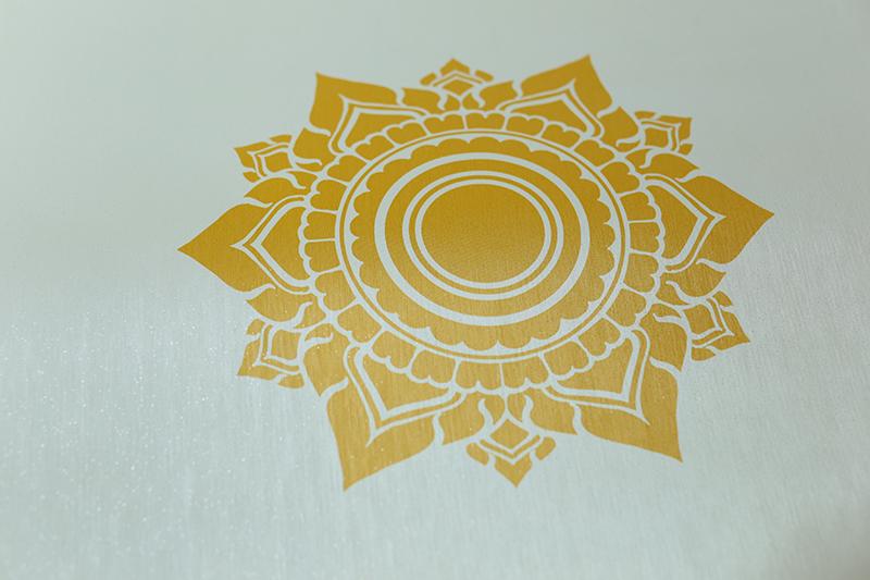 วอลเปเปอร์ไวนิลลายดอกดาวสีทอง พื้นขาว เป็นลวดลายไทยที่แสดงถึงความอุดมสมบูรณ์