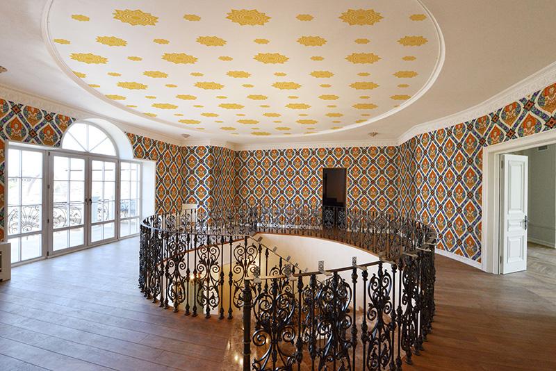 วอลเปเปอร์ไวนิลลายดอกดาว สีทองพื้นขาว ตกแต่งเพดานห้อง