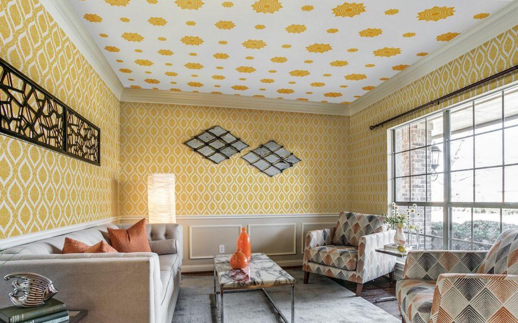 วอลเปเปอร์ไวนิลลายดอกดาว สีทองพื้นขาว ตกแต่งเพดานห้องรับแขก